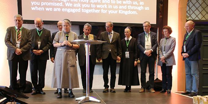 """Das internationale Leitungskomitee des Netzwerkes """"Miteinander für Europa"""" bei der abschließenden Erneuerung des """"Bündnisses der Liebe"""" (Foto: Haaf)"""