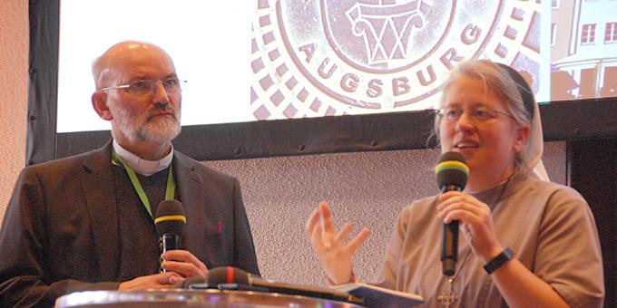 Schwester Dr. Nicole Grochowina, Christusbruderschaft Selbiz und Pater Heinrich Walter, Schönstatt-Pater, hatten die Moderation im Augsburger Rathaus übernommen (Foto: Brehm)