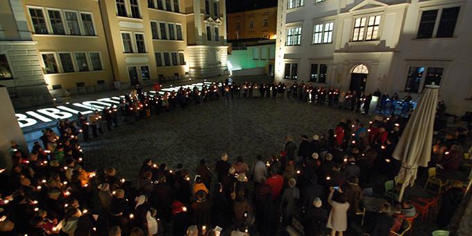 """9. November 2019, 30 Jahre nach der Öffnung der Mauer und am 20. Geburtstag von """"Miteinander für Europa"""" versammelten sich Mitglieder des ökumenischen Nertzwerkes zum Abschluss ihres Treffens in Augsburg mit Kerzen in den Händen auf dem Sankt Anna Hof (Foto: Brehm)"""