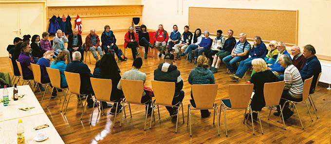 Mit einer gemeinsamen Aussprache nach dem Abendessen klang der Tag für die Pilger aus (Foto: Fred Rautenberg)