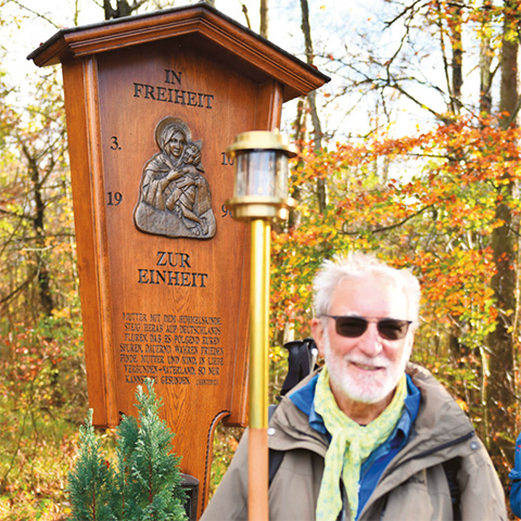 Eberhard Wiedersheim (linkes Bild) ist der Senior der Pilgergruppe. Er hatte für einige Zeit das Amt des Lichtträgers übernommen. Dieser ging immer der Pilgerschar voran (Foto: Fred Rautenberg)