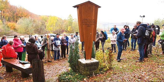 Bei dem Gedenkbildstock der Schönstatt-Bewegung hatten sich die Pilger zur religiösen Andacht versammelt. (Foto: Fred Rautenberg)