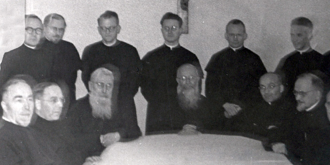 "Ein Foto der ""Artusrunde"": Pater Michael Kolb (1. Reihe 3.v.l links) neben Pater Josef Kentenich (4.v.l.) (Foto: Archiv der Pallottiner, Limburg)"