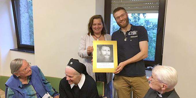 Die Autorin übergibt ein Foto von Pater Michael Kolb SAC an Ferdinand Güsewell, einem Verantwortlichen des Bundesheimes (Foto: privat)
