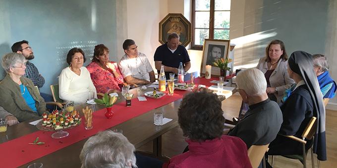 Dr. Alicja Kostka, Schönstatt-Frauenbund (rechts neben dem Bild von P. Kolb), bei einem Vortrag über Pater Michael Kolbs (SAC Wirken in Schönstatt in den heutigen Räumen der sog. Artusrunde (Foto: privat)