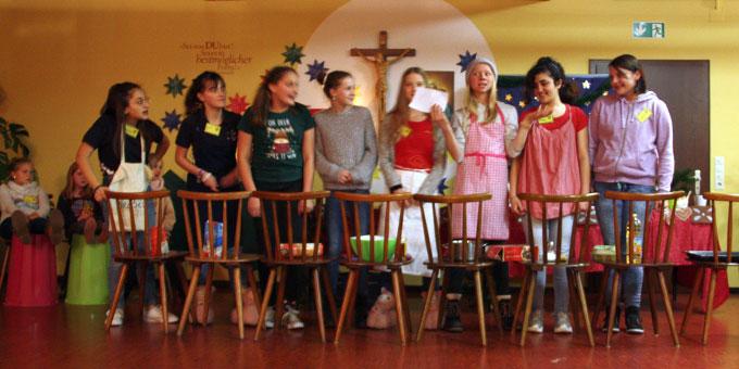 Auftritt einer Gruppe am Bunten Abend: In der Weihnachtsbäckerei (Foto: Ruh)
