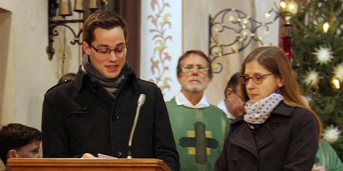Steffen Büdel und Ellen Büdel geben eine Sinndeutung der Wanderung des Heilig-Geist-Symbols (Foto: Schulz)