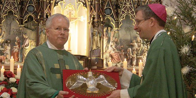 Aussendung des Heilig-Geist-Symbols:  Pfr. Dr. Vonderau nimmt es als erster entgegen (Foto: Schulz)