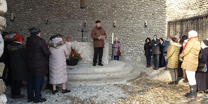 Gedenkmomente in der Todesangst-Christi-Kapelle in der KZ-Gedenkstätte Dachau (Foto: J.Kiess)