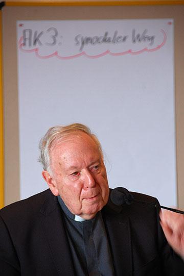 """Pater Dr. Lothar Penners befasste sich in einem etwas ausführlicheren Statement mit dem """"synodalen Weg"""" der Kirche in Deutschland (Foto: Brehm)"""