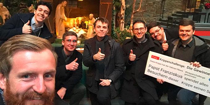 Interessenten für die Gemeinschaft des Schönstatt-Priesterverbandes beschließen ihr Treffen an der Krippe auf Berg Schönstatt (Foto: Johannes Höfle)
