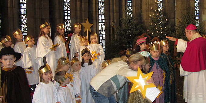 Weihbischof Gerhard Schneider bei der Segnung der Kinder (Foto: SAL)