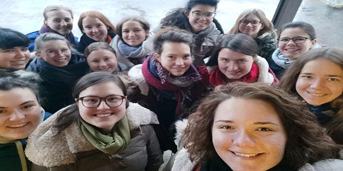 """Ein Selfie der """"Beten und Büffeln - Teilnehmerinnen auf den Treppen des Schulungsheimes in Schönstatt, Vallendar (Foto: Marie Nickels)"""