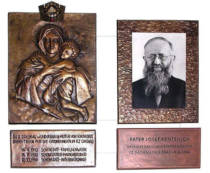 """In der Dachaugedenkstätte sind ein Bild der """"Lagerkönigin"""", der Dreimal Wunderbaren Mutter von Schönstatt und ein Foto des Häftlings 29392, Pater Josef Kentenichs, ausgestellt (Foto: Sr. M. Elinor Grimm)"""