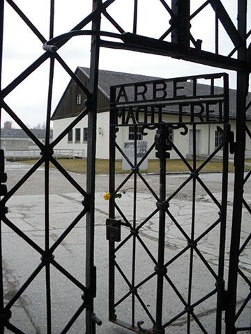 Eingangstor ins ehemalige Konzentrationslager Dachau (Foto: Schönstatt Pilgerzentrale)