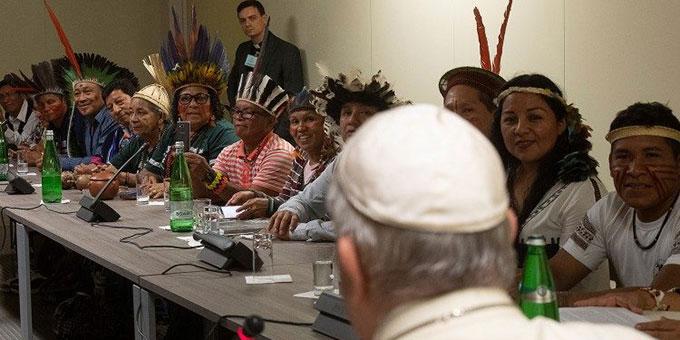Papst Franziskus bei der Begegnung mit Vertretern indigener Völker bei der Amazonassynode im Herbst 2019 (Foto: vaticannews.va)