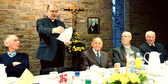 Dr. Bernd Biberger verliest und überreicht Bruder Jakob eine Urkunde (Foto: Sr. M. Priska Furrer)