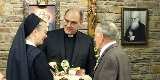 Von den Schönstätter Marienschwestern erhält der gebürtige Schweizer Bruder Jakob einen Geschenkkorb mit Schweizer Spezialitäten (Foto: Sr. M. Priska Furrer)