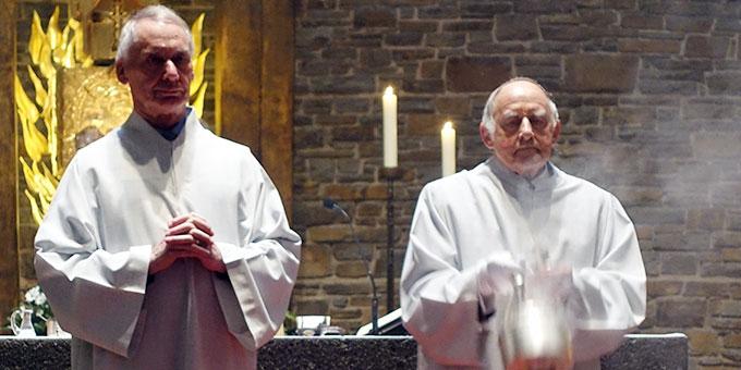 Bruder Jakob Boos (r) zusammen mit Ludwig Schilling beim Altardienst in der Dreifaltigkeitskirche auf Berg Schönstatt, Vallendar (Foto: Sr. M. Maritta Zell)