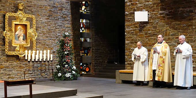 Dankgebet beim Bild der Dreimal Wunderbaren Mutter, Königin und Siegerin von Schönstatt (Foto: Sr. M. Maritta Zell)