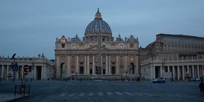 """Auf dem Petersplatz, der für Besucher gesperrt wurde, wird Papst Franziskus am Freitag 27.3.2020 ab 18 Uhr eine Gebetszeit halten und den Segen """"Urbi et Orbi"""" erteilen (Foto: Brehm)"""