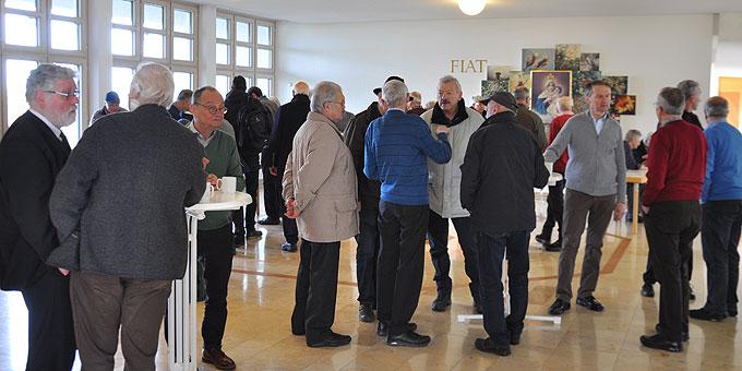 """""""Lange nicht mehr gesehen"""" - lebhafte Gespräche beim Ankommen beim Tag für Männer und Väter auf der Liebfrauenhöhe (Foto: Bradler)"""