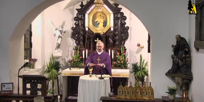 Pater Ludwig Güthlein zelebriert den Bündnisgottesdienst im Urheiligtum am 18. März 2020 (Foto: WebCam Urheiligtum)