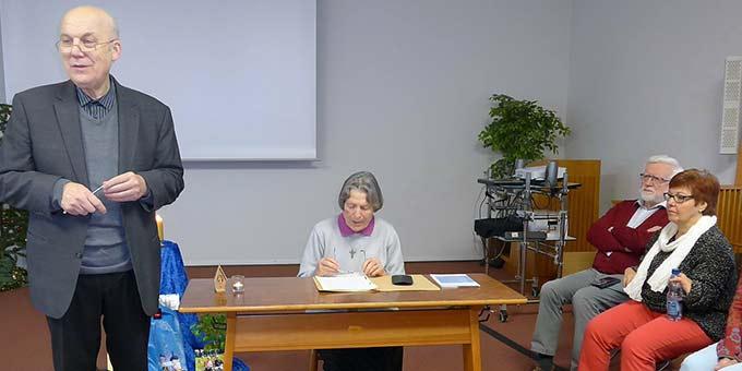 Dr. Rainer Birkenmaier stellt Käthe Lukas vom Institut der Frauen von Schönstatt vor, die ein Zeugnis über Pater Josef Kentenich gibt (Foto: Kostka)