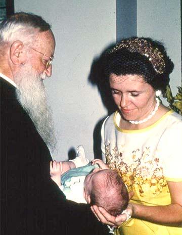 Anna Horn übergibt ihr Kind Pater Kentenich, damit er es der Gottesmutter weiht. (Foto: Archiv)