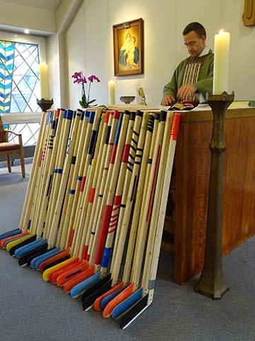 Messfeier - Hockeyschläger vor dem Altar (Foto: Andreas Mergler)
