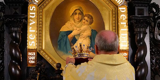 Pater Antonio Bracht überreicht der Dreimal Wunderbaren Mutter und Königin von Schönstatt eine Krone mit der sie zur