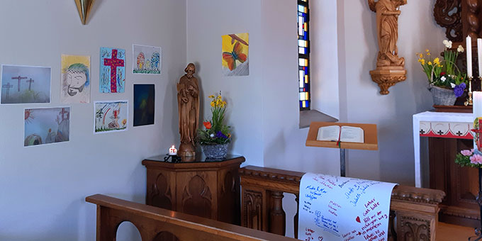 """Schönstatt-Heiligtum in Oberkirch: Osterbilder von Kindern und eine """"Schriftrolle"""" mit Namen und Anliegen von Menschen (Foto: Weiss)"""