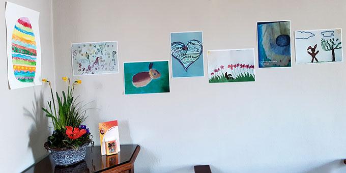 Mit ihren Osterbildern sind Kinder und Familien im Schönstatt-Heiligtum präsent (Foto: Weiss)