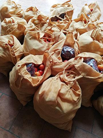 Die gepackten Hilfe-Taschen (Foto: Häring)
