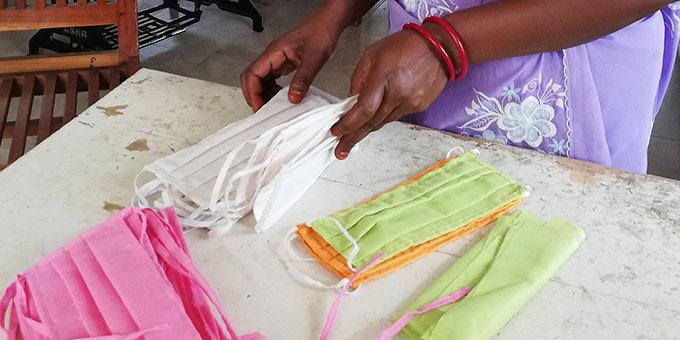 """Schutzmasken nähen - eines der Projekte der Gemeinschaft """"Maria auf dem Weg"""" in Indien in der aktuellen Corona-Krise (Foto: Häring)"""