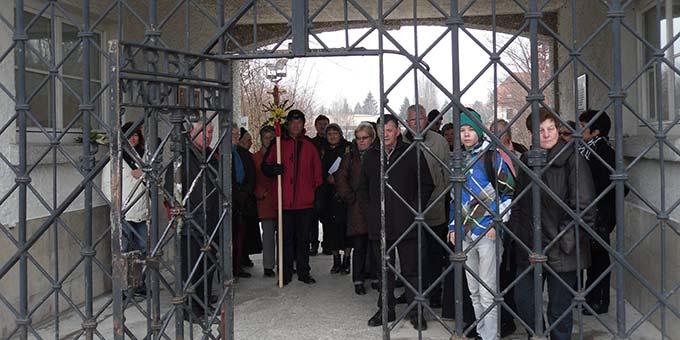 Eine Pilgergruppe besucht am 6. April 2013 die KZ-Gedenkstätte Dachau und steht am Tor, durch das Pater Kentenich entlassen wurde (Foto: Grimm)
