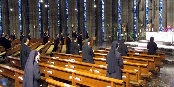 """Die leeren Bänke sind Ideengeber für die Initiative """"Volle Kirche"""" der Marienschwestern auf der Liebfrauenhöhe (Foto: SAL)"""