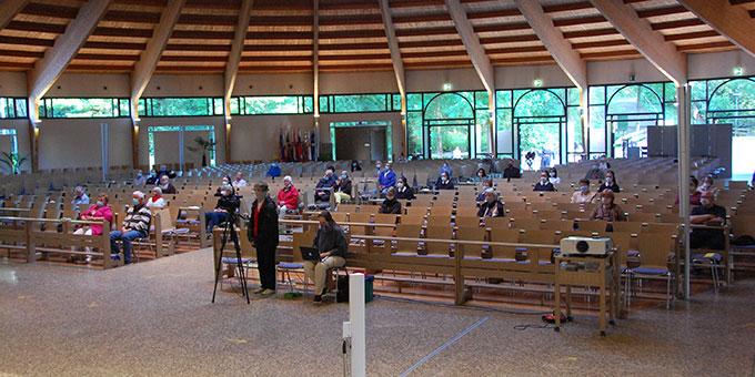Bündnismesse im Mai in der Pilgerkirche. Abstand halten war bei etwa 90 Teilnehmern leicht möglich (Foto: Brehm)