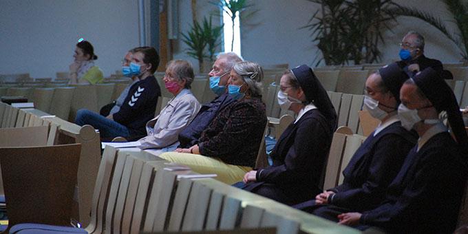 Noch ungewohnt: Bündnismesse mit Maske (Foto: Brehm)