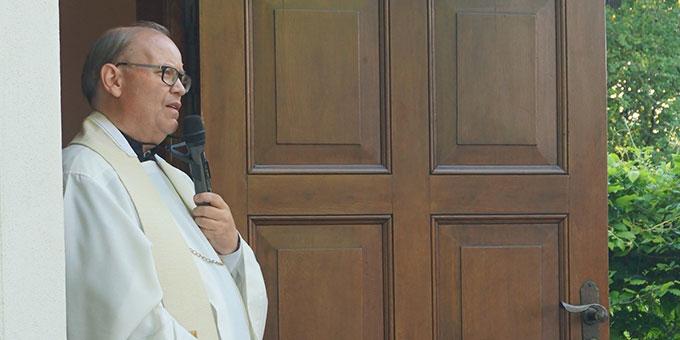 """In der geöffneten Tür: Ansprache vom Diözesanleiter Achim Wenzel (Foto: Fella) """"Hygienescout"""": Sr. M. Annetraud Bolkart (Foto: Fella)"""