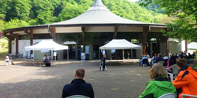 70 der etwa 250 Teilnehmerinnen und Teilnehmer fanden nur vor der Kirche Platz (Foto: Trieb)