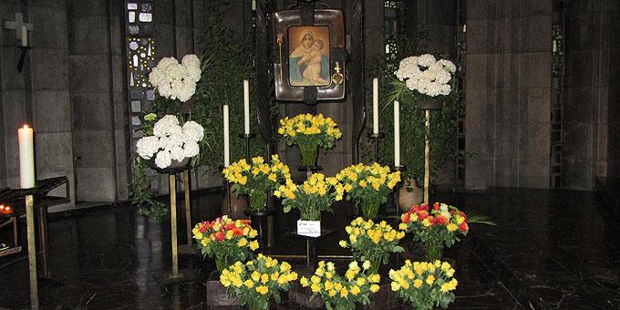 Ein Rosenmeer als Maialtar in der Krönungskirche auf der Liebfrauenhöhe (Foto: SAL)