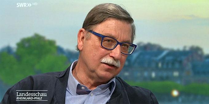 Joachim Hennig, ehemaliger Richter aus Koblenz, engagiert sich seit fast 25 Jahren, die Erinnerung an Opfer des NS-Regimes aufrecht zu erhalten  (Foto: SWR Landesschau)