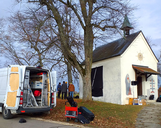 Vorbereitung der Filmaufnahmen am 18. Dezember 2019 in der Schönstattkapelle Ennabeuren (Foto: Sr. M. Rita Fleck)