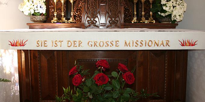 Eine neue Altarborte als Geschenk der Schwesternfiliale zum Jubiläum des Heiligtums (Foto: Gremler)