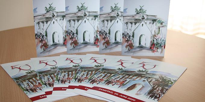 """Maria Kies, Freising, hat die Illustration """"Heiligtum und Brandenburger Tor"""" für die Einladung zum goldenen Jubiläum geschaffen (Foto: Gremler)"""