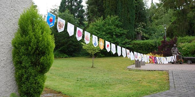 Symbolisch waren die Kurse der Gemeinschaft mit gemalten Wimbeln präsent (Foto: Klaus Heizmann)