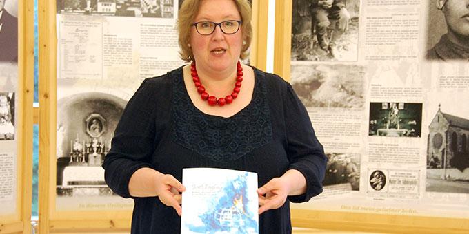 Die Grafikerin Hanna Grabowska freut sich über die gelungene Aufmachung (Foto: Brehm)