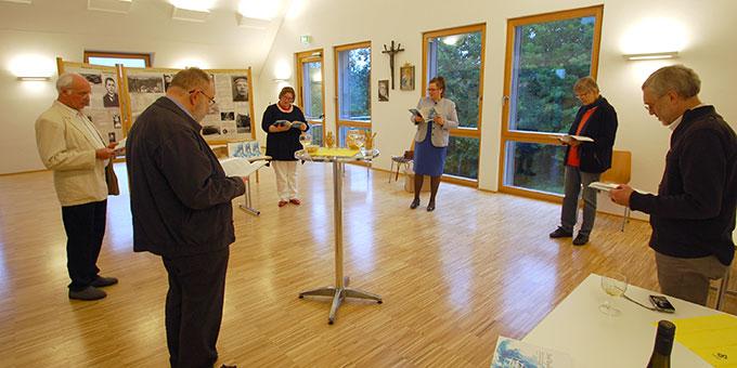 Ein kleiner Kreis war stellverretend für viele Engling-Freunde bei der Buchvorstellung im Haus Tabor präsent (Foto: Brehm)