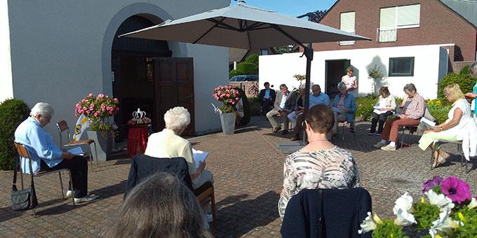 Feierstunde am 31. Mai vor der Schönstatt-Kapelle in Bocholt-Biemenhorst (Foto: Kalicki)